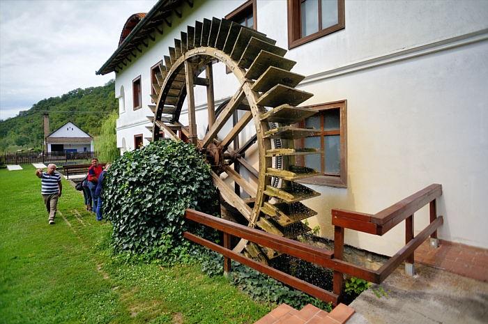 Działające koło mlyńskie