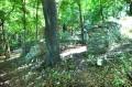 Pozostałości wyrzutni - murki w lesie