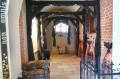 Fragment korytarza ozdobiony deskami średniowiecznymi