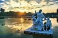 Zachód słońca nad stawem z figurami