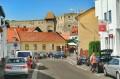 Boczna ulica starówki z widokiem na zamek