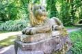 Kamienny lew w parku