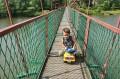 Na moście wiszącym