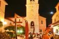 Plac katedralny zapełniony stolikami