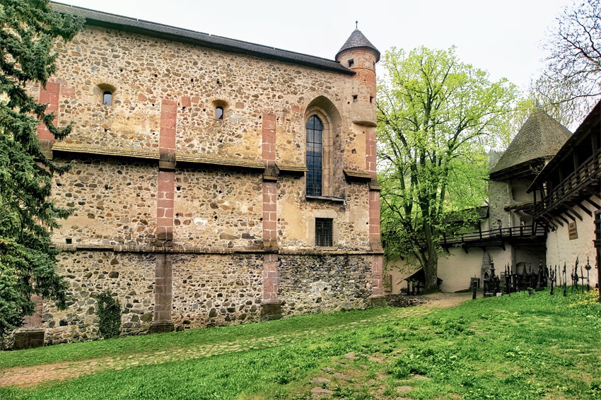 Przebudowany kościół i mury z gankami