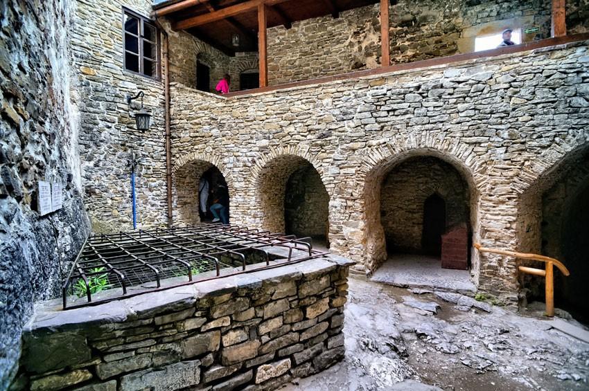 Dziedziniec zamku górnego ze studnią