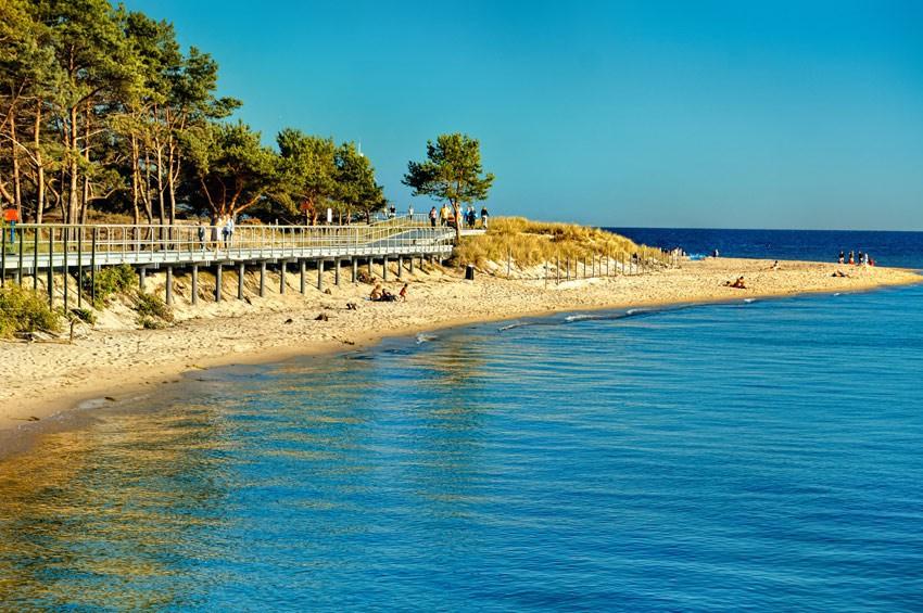 Kładka spacerowa przy otwartym morzu