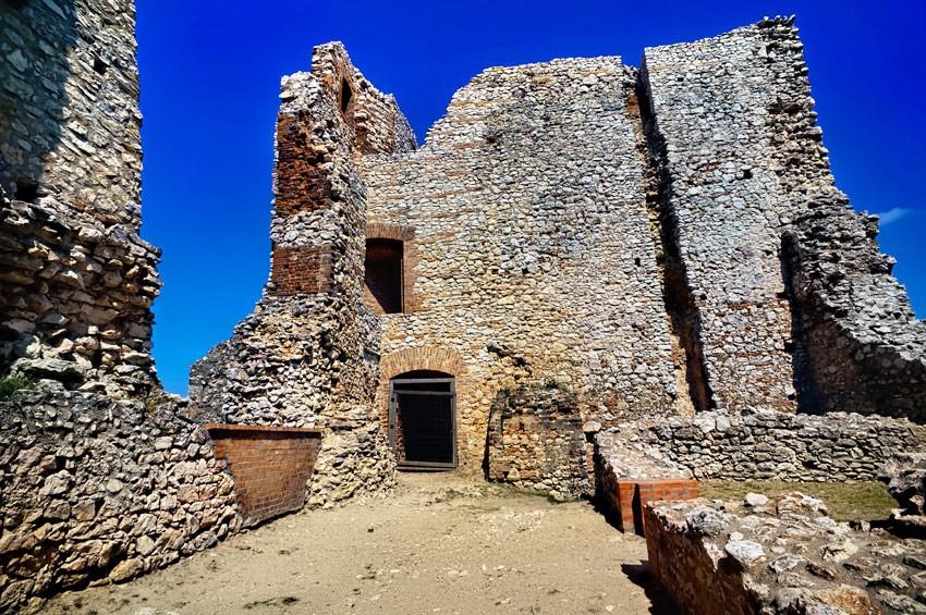 CSESZNEK - Ruiny zamku średniowiecznego