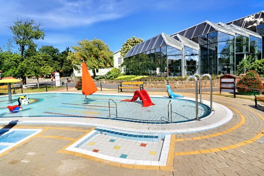 Brodzik koło wieży, a w tle basen pod szkłem