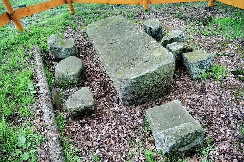KOCHANÓW - Średniowieczny stół sędziowski