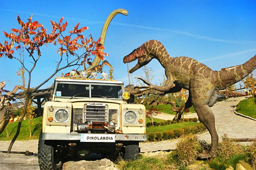 Diny atakujące jeepa