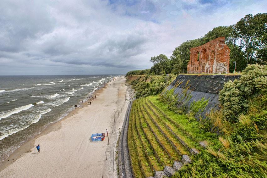 Widok na wybrzeże i ruiny z tarasu
