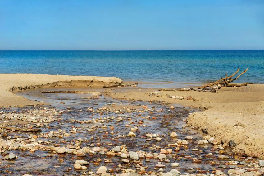Strumyk wpadający do morza